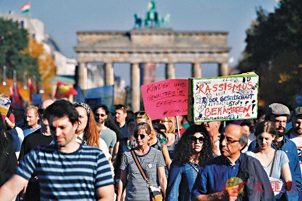 ■遊行人士高舉標語牌,支持地中海難民救援任務。 法新社