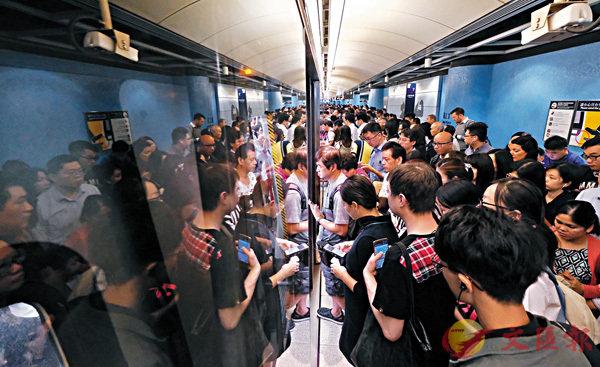 ■將軍澳線昨日清晨開始慢駛,坑口站月台塞滿乘客。 香港文匯報記者梁祖彝  攝