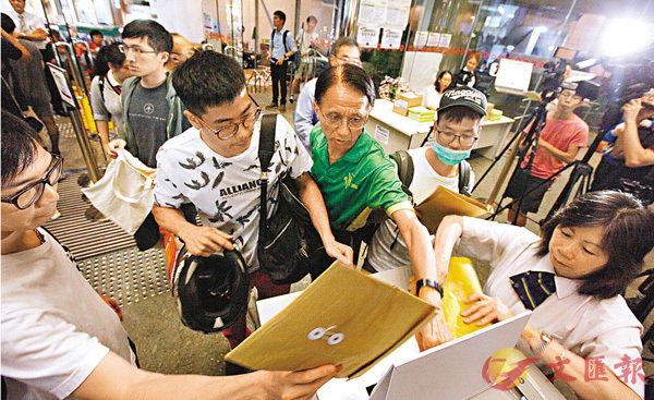 ■新一期居屋接獲25.8萬人申請,超額認購逾57倍。 香港文匯報記者曾慶威  攝