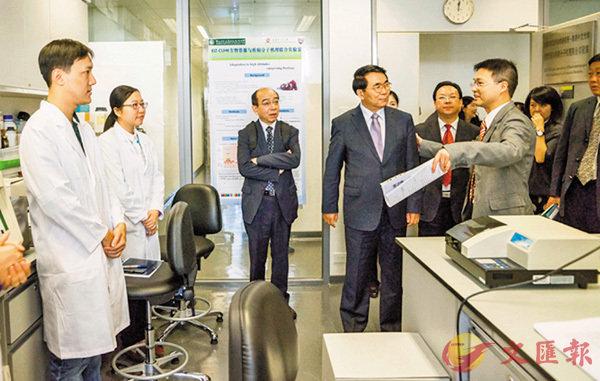 ■中科院將在港設立院屬機構。圖為2013年12月中科院院長白春禮訪問香港中文大學並視察聯合實驗室。 資料圖片