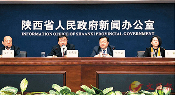 ■王麗(右一)表示,西安正在全力建設「絲路國際金融中心」。 李陽波 攝