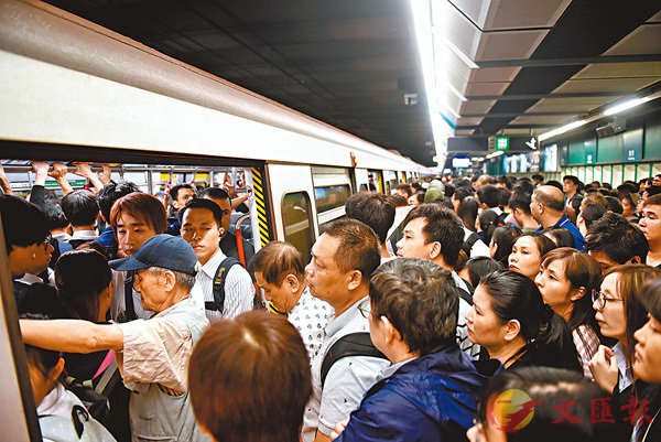 ■港鐵在繁忙時間壞車,月台迫滿市民。 資料圖片