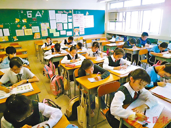 ■考評局提交新制下的首份整體評估報告,學生表現平穩,其中中文達標率略升,英文及數學則微跌0.3及0.2個百分點。圖為小學生課堂場景。 資料圖片