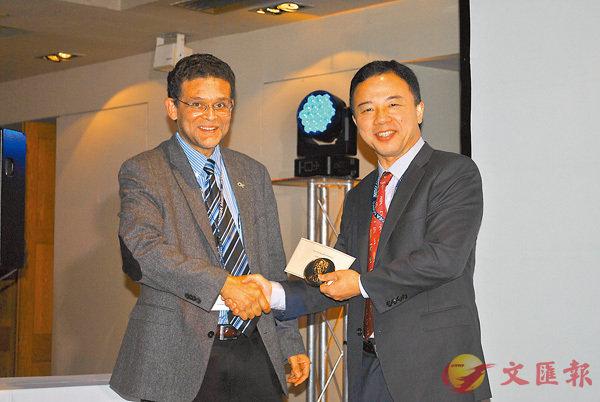 美國工程科學學會會長Glaucio H. Paulino向張翔(右)頒獎。港大供圖