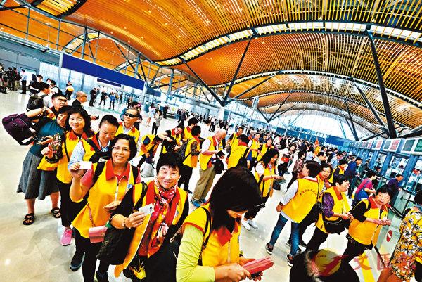 ■旅客等候出關離開香港。香港文匯報記者梁祖彝  攝