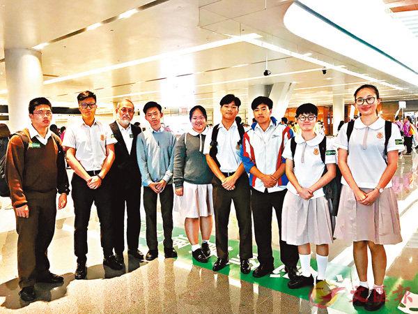 ■佛教筏可紀念中學校長惲福龍(左三)和學生一行人。香港文匯報記者陳珈琋  攝