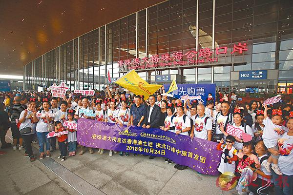 ■首班從珠海出發至香港迪士尼樂園的首發團於早上8時多抵達至大橋連接路 。 香港文匯報記者莫雪芝  攝