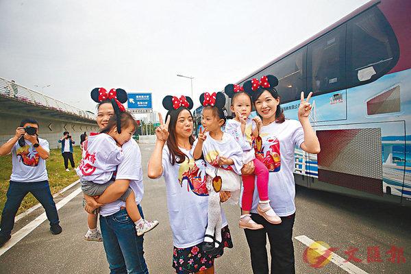 ▲三位閨蜜帶同各自女兒一起到香港旅遊。香港文匯報記者莫雪芝  攝