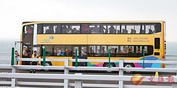 ■巴士「行錯路」,停在橋上等待支援。  香港文匯報記者 劉國權  攝
