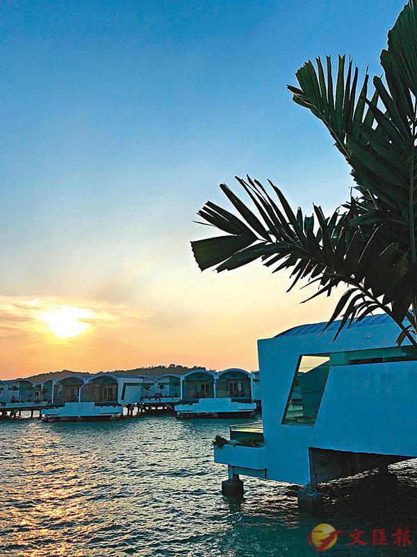 ■大紅花酒店前一面的海上傍晚。 作者提供