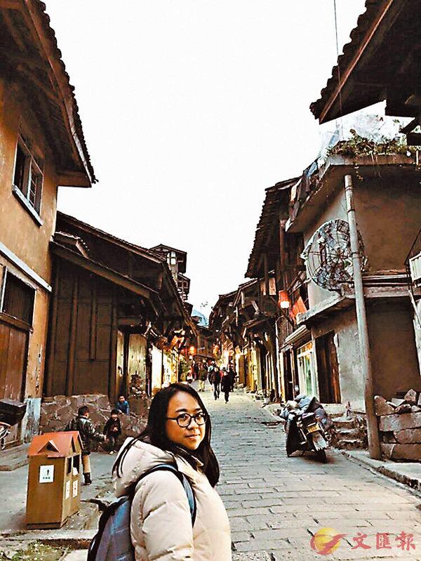 ■王卓妤參觀了成都的磨西古鎮。VTC供圖