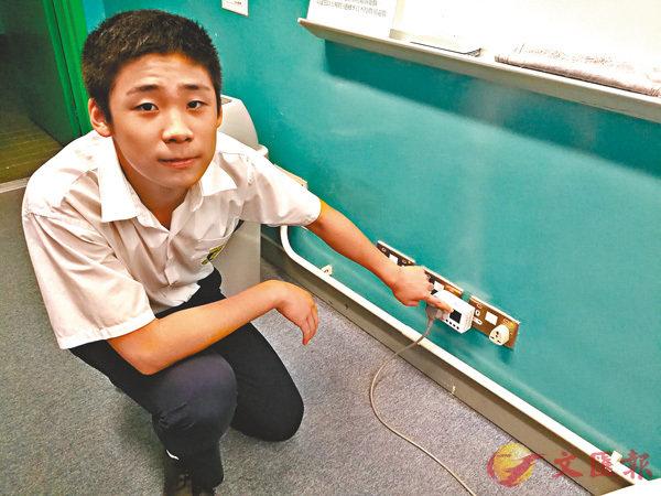 ■學生利用儀器量度學校各電器的用電量並記錄在案,了解校內的用電情況。 作者供圖
