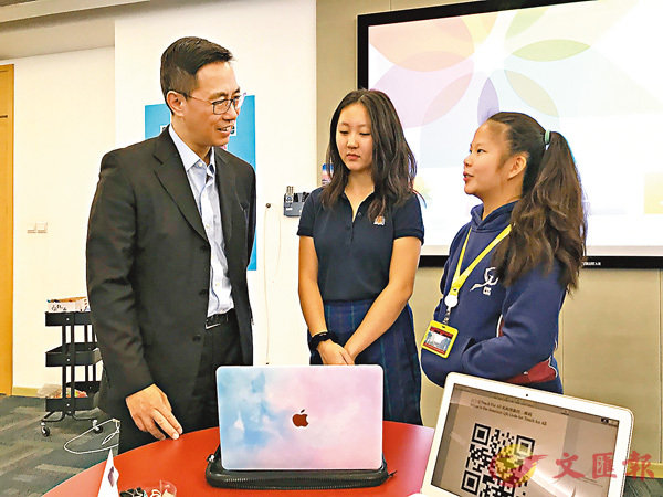 ■楊潤雄(左)參觀漢基國際學校的杭州項目「杭州漢基」,並與同學交談。