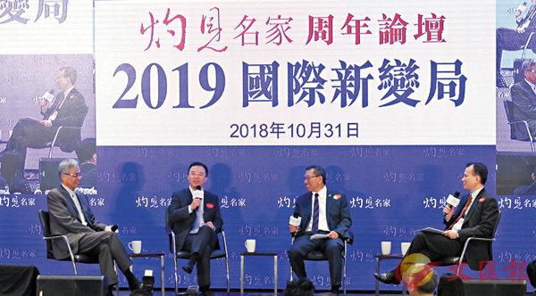 ■張翔(左二)、段崇智(右二)、史維(左一)圍繞「創科新發展」進行討論環節。 香港文匯報記者劉國權  攝