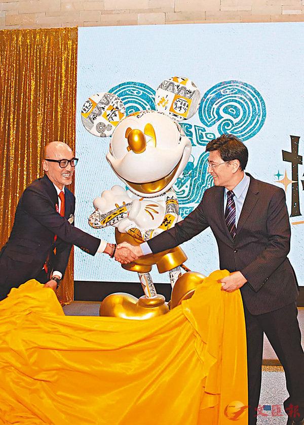 ■上博館長楊志剛(右)、華特迪士尼公司亞太區創意及產品開發副總裁歐陽德東共同為米奇新產品揭幕。 上海博物館供圖