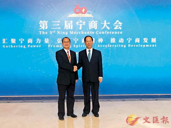 ■寧夏回族自治區黨委書記石泰峰(右)會見蔡冠深(左)。 王尚勇  攝