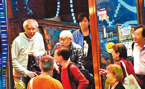 ■ 11月3日晚講座結束後,練乙錚(左一)與多名出席者一起離開。 香港文匯報記者張得民  攝