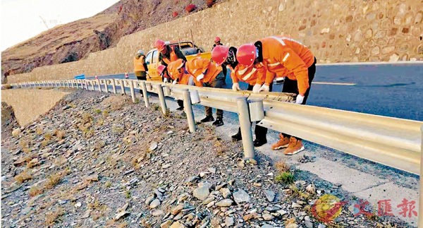 ■公路養護工在維修公路護欄。   中新社