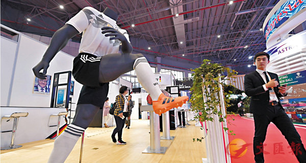■有商界人士指,港企港商将在中国新一轮扩大开放中发挥重要作用。 图为进博会德国展馆。 新华社