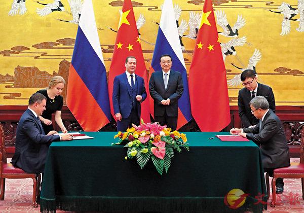 ■李克強與梅德韋傑夫共同見證了投資、能源、地方合作、人文、農業、海關、質檢、航天等領域多項雙邊合作文件的簽署。 中新社