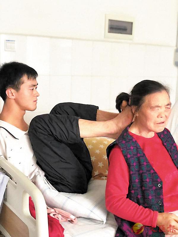 ■陳茲方用腳為母親梳頭。  網上圖片