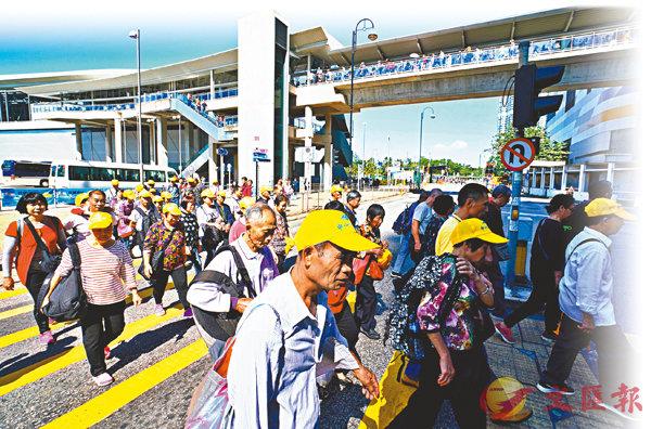 ■ 政府將於明天起放寬非專營旅巴進入大橋口岸,接載旅客分流至市區主要購物點,以紓緩東涌壓力。圖為上周末旅客湧入東涌景象。 資料圖片