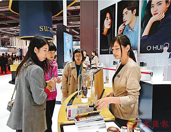 ■韓國化妝品企業將展台佈置成專櫃,並派員為參觀者介紹產品。 香港文匯報記者孔雯瓊  攝