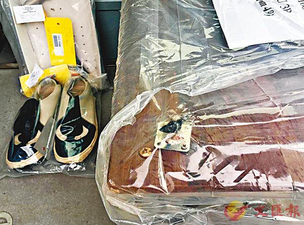 ■警方展示無屍案證物,包括鞋、鐵錘及染血茶几。
