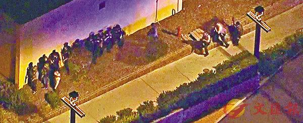 ■大批警員包圍酒吧。 美聯社