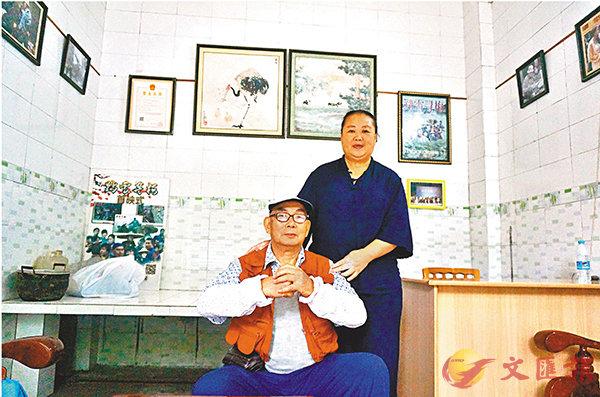 ■余積廉導演與蔣雪梅接受香港文匯報記者採訪。