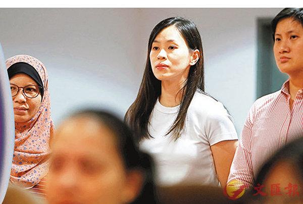 ■妻子黃妙珠(右二)昨也現身李宗偉的發佈會現場。 路透社
