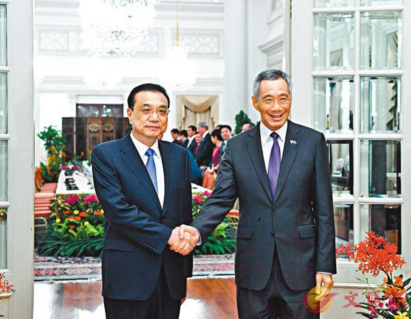 ■李克強(左)應李顯龍邀請訪問新加坡。 新華社