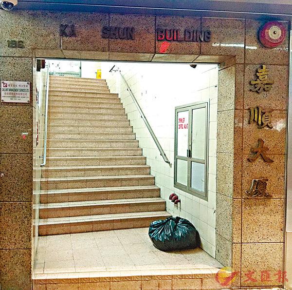 ■深水�鶿Q凌晨發生男子疑吸食冰毒後失常持菜刀斬傷兩鄰居血案。 香港文匯報記者鄺福強 攝