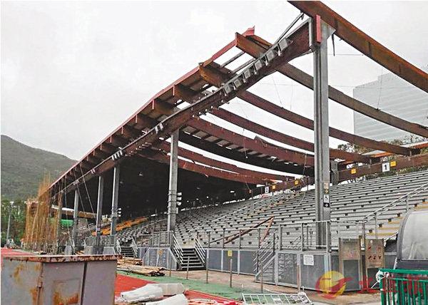 ■香港仔運動場看台上蓋被颱風嚴重破壞,需封場緊急拆除。 冠忠南區供圖