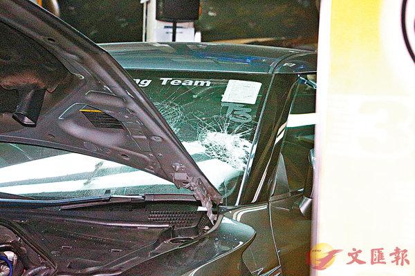 ■車房內一輛私家車擋風玻璃被擊毀。 香港文匯報記者鄺福強  攝