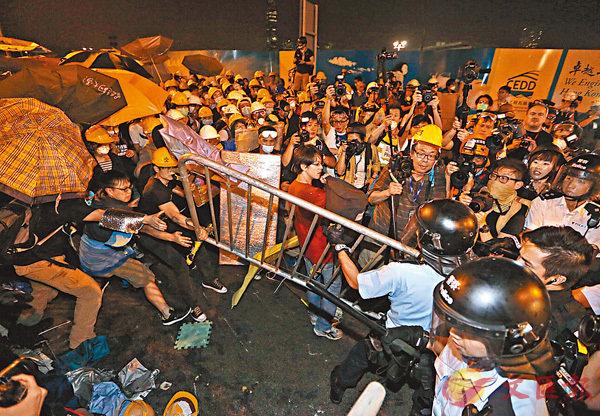 2014年11月示威者在「佔領」期間圍攻政總與警衝突。