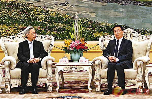 ■韓正(右)會見羅智光(左)率領的特區政府常任秘書長和部門首長內地研修訪問團。 香港文匯報記者馬靜  攝