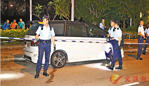 ■警方在大角咀海輝道尋獲懷疑接應匪徒逃走的七人車。