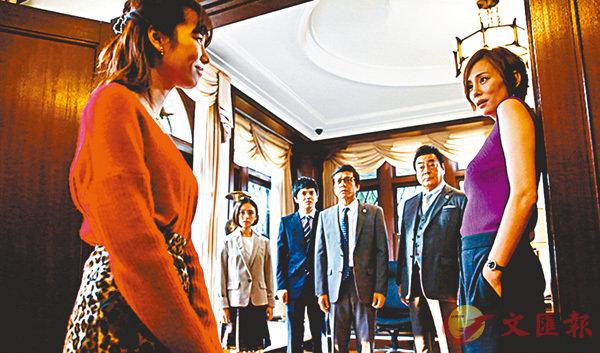 ■米倉涼子(右一)不做醫生改當無牌律師,照樣成為收視女王。