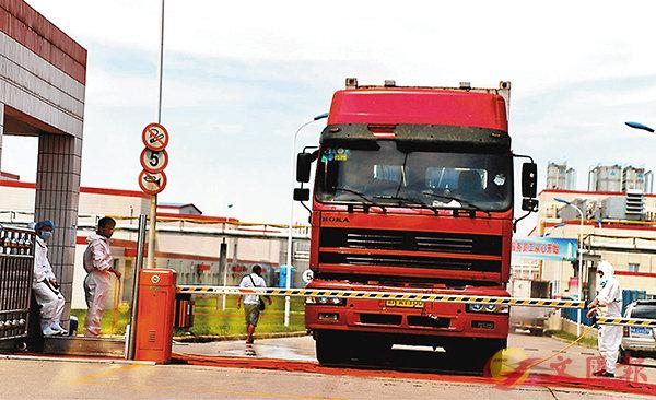 ■河南鄭州,內地知名肉食生產商雙匯公司工作人員在消毒車輛。 資料圖片
