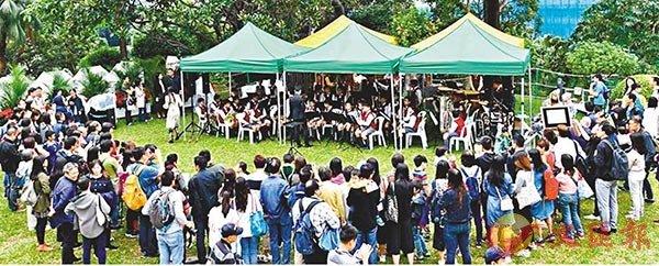 ■英華小學管弦樂團在禮賓府表演,林鄭月娥與市民一同欣賞。 fb圖片