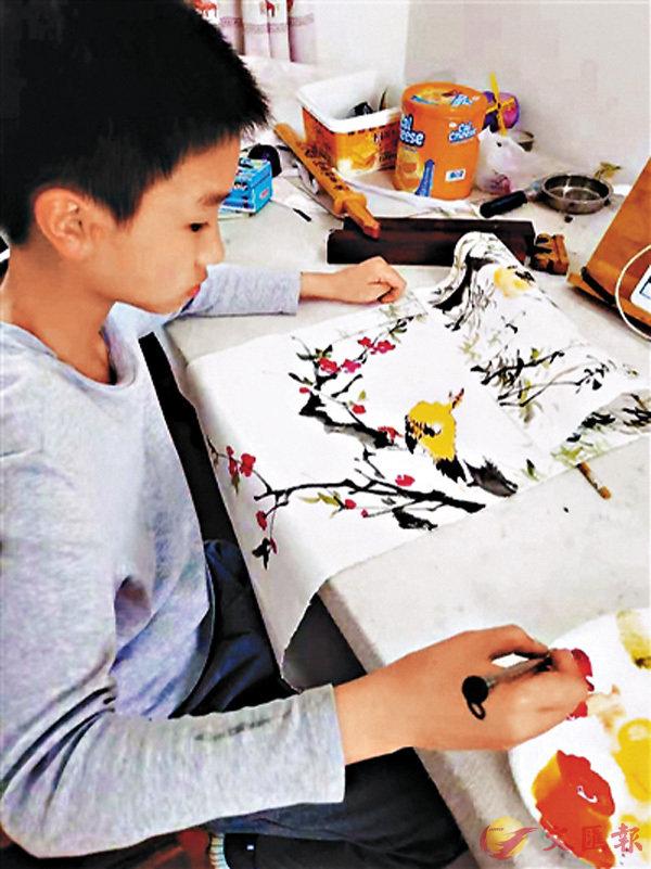 ■何思汗在專心畫畫。  網上圖片