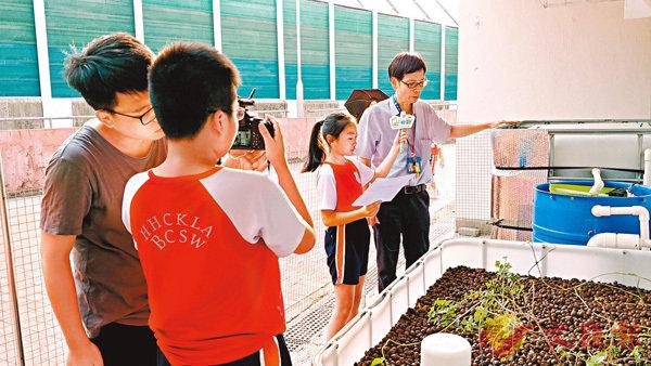 ■在導師指導下,同學們即場進行主播拍攝演練。 作者供圖