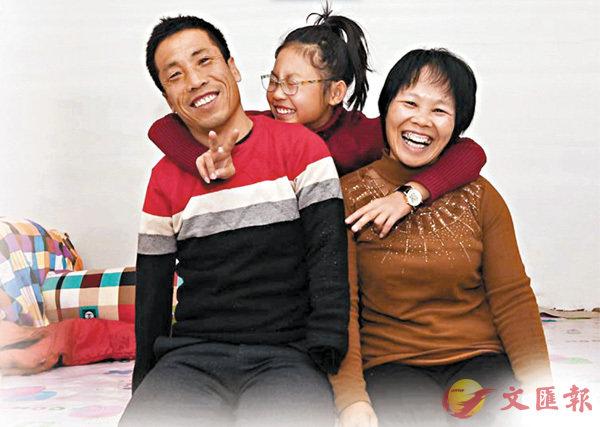 ■劉海夫婦與女兒的合影。