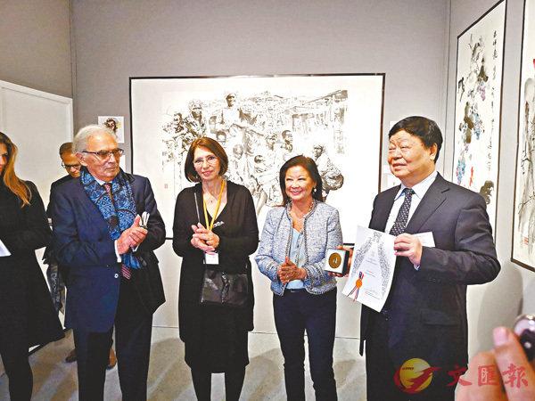 ■王西京(右一)在「法國秋季藝術沙龍展」上獲頒獎項。