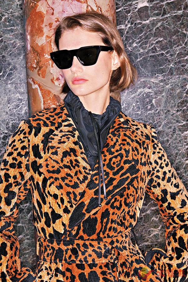 ■Victoria Beckham 以淨色太陽眼鏡配上豹紋外套,分外醒神﹗