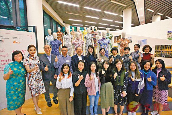 ■「守藝傳芳-香港中式長衫製作技藝傳承計劃2018」的學生展示他們的長衫作品。 香港文匯報記者曾慶威  攝