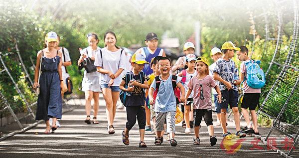 ■改革開放40年間,民生加快改善,社會治理不斷完善。圖為一群小朋友在浙江寧波滕頭村生態旅遊景區遊覽。
