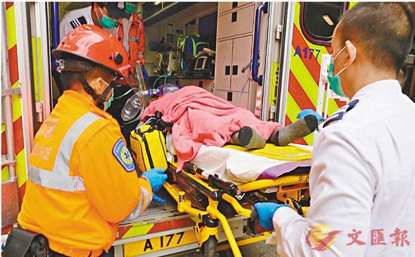 ■頸肩有刀傷及遭人藏尼龍袋棄於海中男子,由救護車送院證實死亡。