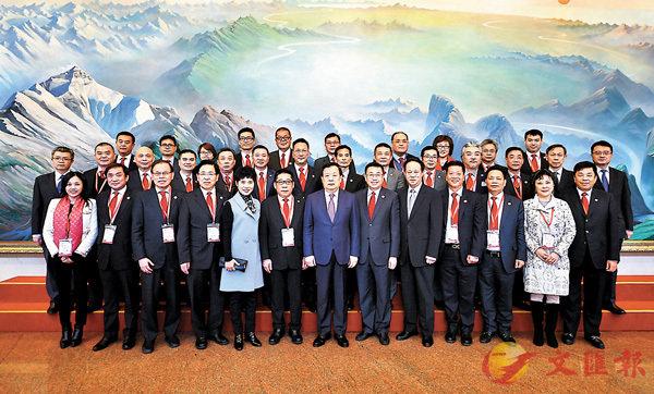 ■全國政協副主席夏寶龍會見訪問團並合照。